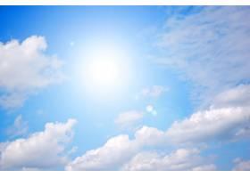 灿烂的阳光照耀着晴朗的蓝天_945129