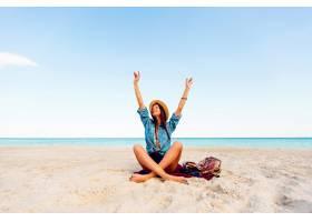 热带海滩上完美的棕褐色苗条性感女人年轻_9295073