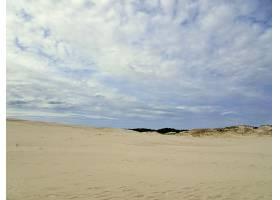 波兰莱巴多云天空下的沙滩美景_9932042