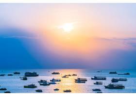 泰国芭堤雅湾和芭堤雅市的海洋上有许多轮船_5017262