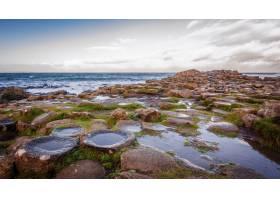 海滩上美丽奇特的岩石岩石上倒映着天空_12449326