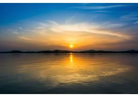 湖面上日落时的五颜六色的天空_1243604