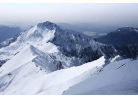 清澈的雪山和丘陵的美丽风景_7903723