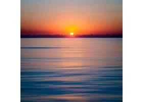 清澈蔚蓝的海洋上迷人的日落_10111505