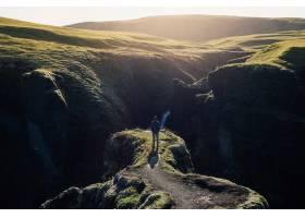 旅行者探索冰岛崎岖的风景_11253760