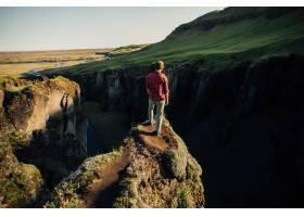 旅行者探索冰岛崎岖的风景_11253771