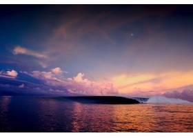 广角拍摄五彩斑斓的天空下海洋中迷人的日落_10186593