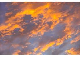 日出天空上抽象美丽的橙色蓬松云彩五颜六_11872186