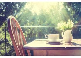 日出时有一张木桌的椅子_975726