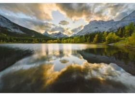 池塘的美丽景色映照着被雪山包围的海岸上的_8281093