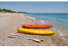 沙滩上五颜六色的皮划艇美丽的风景_10139008