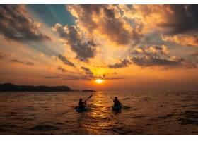 日落时分一只雌雄帆船靠着彼此的独木舟航_8408918