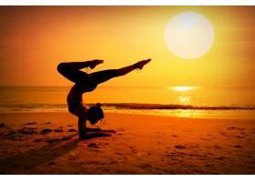 日落时分一名女子在海滩上做松树_999277