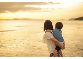 日落时分一对母子在户外带着复印空间_1285621