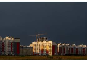 日落时分在多云的天空下建筑工地建筑物_13235010