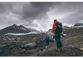 徒步旅行探险旅行者在冰岛观赏冰川_11768989