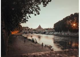 日落时分在意大利罗马一条黑色混凝土小_7814573
