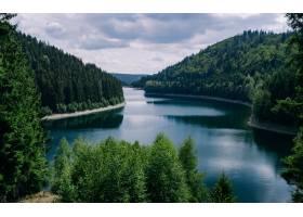 德国图林根州多云天空下森林环绕的河流_13291760