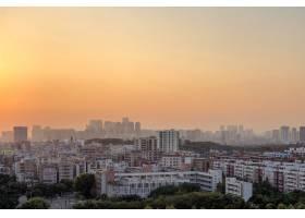 日落时分橙色天空下美丽的城市建筑全景_12152331