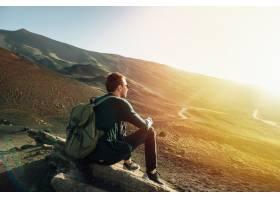 日落时分西西里岛埃特纳火山上一名男子背_2583955
