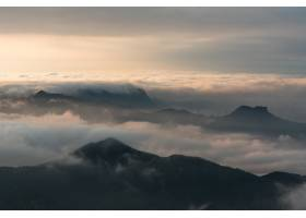 日落时在多云天空下的山脉的航拍_13235496