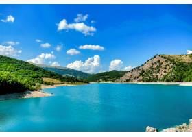 意大利翁布里亚蓝天下群山环绕的池塘的美丽_11541855