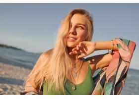 日落海滩上诱人的金发女子的特写_9295113