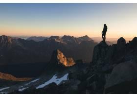 早晨美丽多彩的天空下站在山顶上的一个人的_11540787