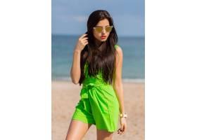 时尚的户外夏日肖像年轻漂亮的黑发美女戴_13271811