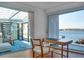带玻璃窗和美丽海景的豪华海滨别墅_9655391