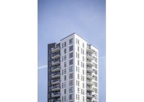 晴朗天空下一座白色建筑的垂直镜头_8281219