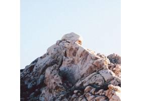 晴朗天空下岩层的特写镜头_7901161