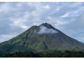 拍摄了一座令人叹为观止的巨山覆盖着森林_13235526