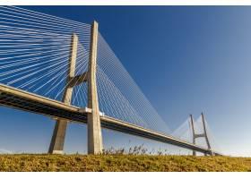 晴朗蓝天下田野上的大水泥桥_8507253