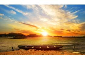 带船的美丽的日落海滩景观_881297