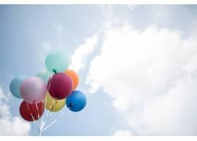 年轻女孩手持彩色气球_2524813