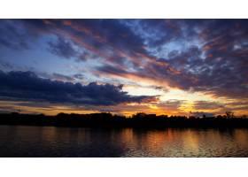 摩尔多瓦的日落郁郁葱葱的云朵在前景的水_11175536