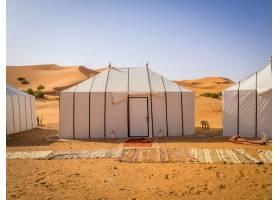 撒哈拉沙漠中的白色柏柏尔人帐篷沙地上铺_10758957