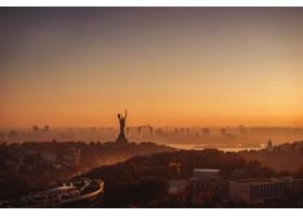 夕阳下的祖国母亲纪念碑在乌克兰的基辅_7560321