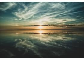 夕阳和天空的云倒映在下面的海洋中_10291668