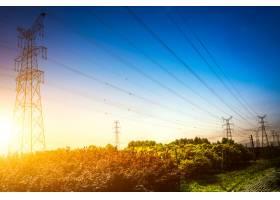 夕阳落在电塔的剪影后面_1242945