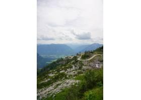 多云天空下奥地利阿尔卑斯山的垂直航拍_13234915