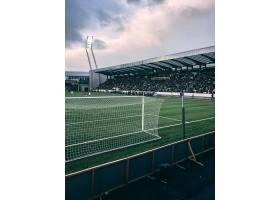 多云天空下拥挤的足球场垂直拍摄_10728650