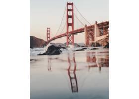 多云天空下金门大桥的垂直镜头_10399317