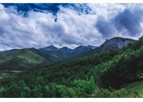 山脉和森林上空多云天空的壮观景色_13006902