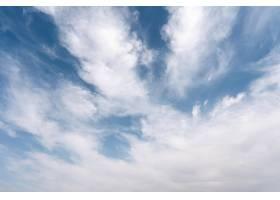 多风的天空上蓬松的云彩_12108166
