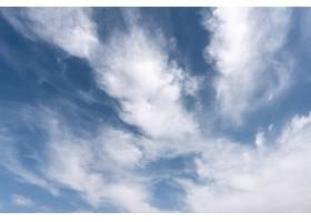 多风的天空上蓬松的云彩_12108167
