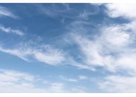 多风的天空上蓬松的云彩_12108168