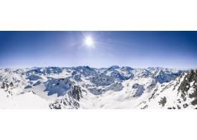 在晴朗的蓝天下白雪覆盖的山脉的美丽全景_11062702