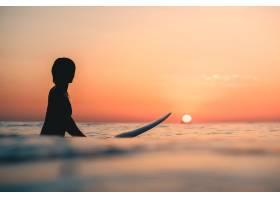 在海洋上冲浪背景是天空中令人叹为观止的_8943762